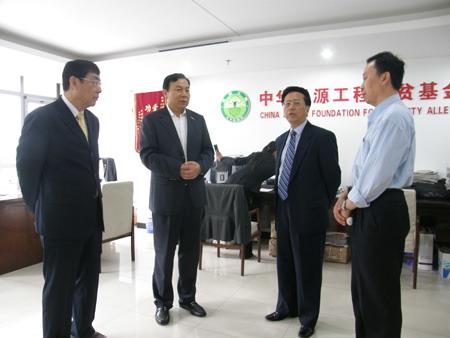 民建中央主席陈昌智等领导看望中华思源工程扶贫基金会工作人员