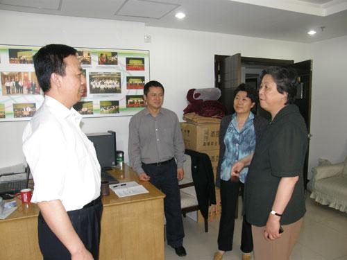 民建中央第一副主席张榕明到中华思源工程扶贫基金会看望工作人员并指导工作