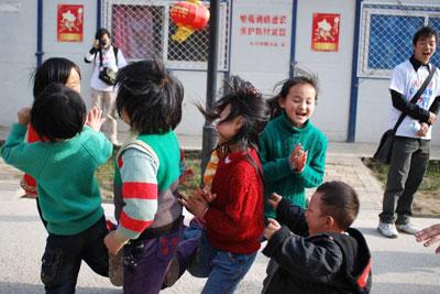 安化 美丽/孩子们在高兴的编花篮