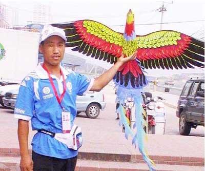 何凤虎将自己制作的风筝展示给全世界看