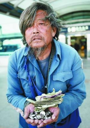 乞丐携460元飞赴灾区捐款