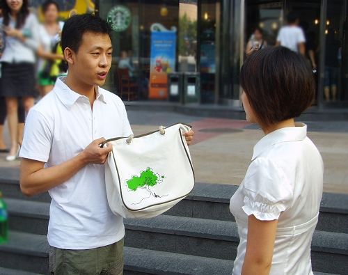 华谊明星汇力打环保牌张译街头倡议绿色行动