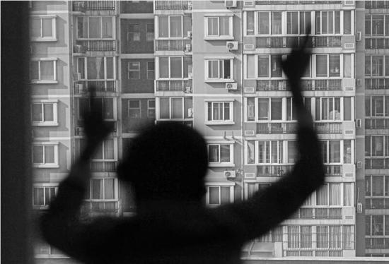 《渴望》,自闭症儿童只能活在自己的空间里,外面世界很精彩,可对他们确是很无奈,无法融入社会。(作品由公益摄影家程序拍摄)